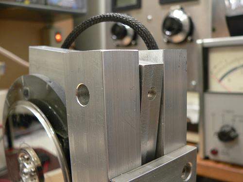 Pivot bearing/column mounting detail